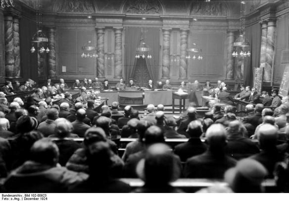 Aus dem Bundesarchiv - Zur Urteilsfällung im Haarmann - Prozeß ! Innenaufnahme des Gerichtssaales bei der Urteilsverkündung.
