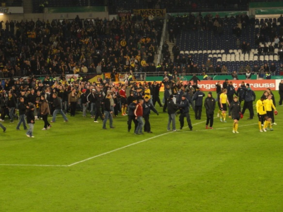 Ein paar hundert sogenannte Dresden-Fans wollen ihre Mannschaft für die gute Leistung beim Pokalspiel in Hannover abklatschen und vielleicht auch etwa einen auf dicke Hose machen.